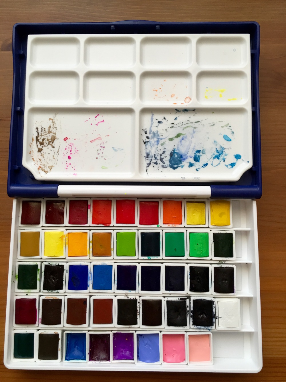 Holbein Palm Box Plus open with paint pans added